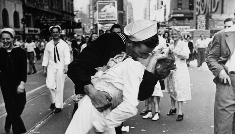 Passionate kiss between a man in a navy uniform and a nurse after the announcement that Japan had surrendered